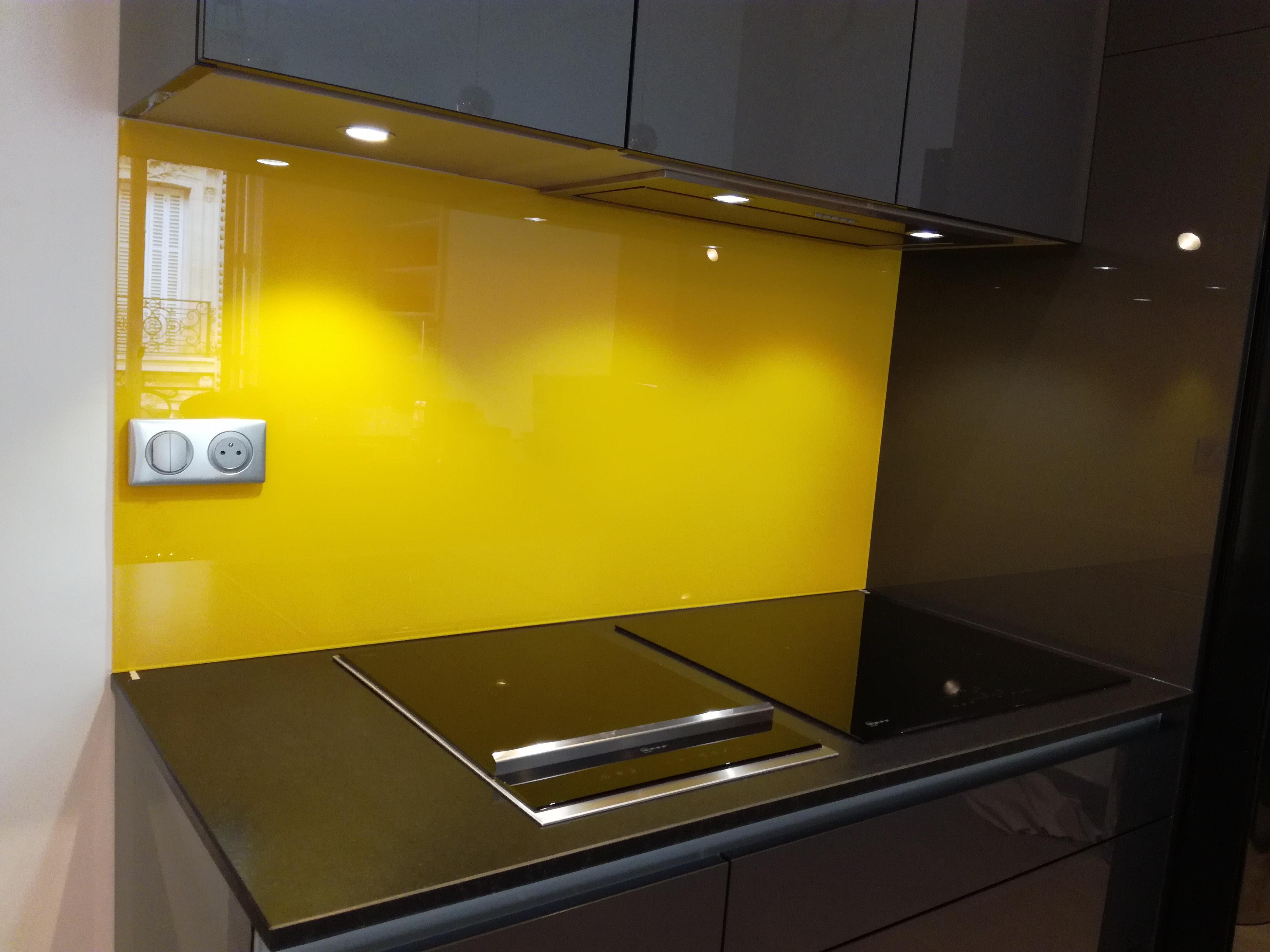 Crédence de cuisine jaune en verre