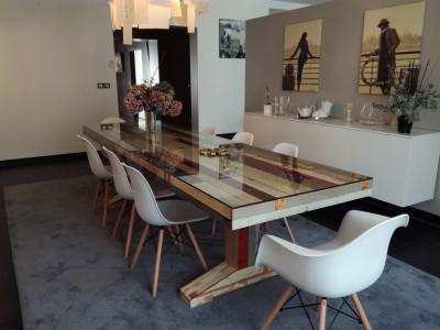 Plateau de verre sur table en bois