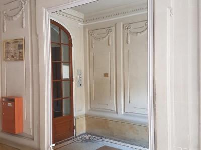 Installation d'un grand miroir sur mesure dans les parties communes